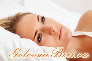 Девушка в лежит в кровати