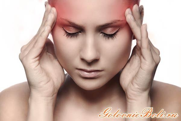 Девушка с головной болью в висках