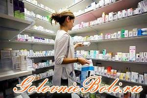 Девушка в аптеке выбирает лекарства