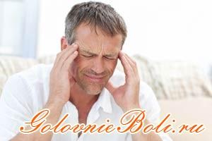 У мужчины болит голова в области висков