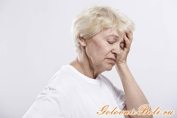 У пожилой женщины болит голова