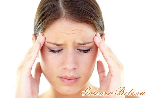 У девушки болит голова в области висков