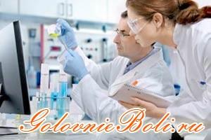 Врачи проводят тесты в лаборатории