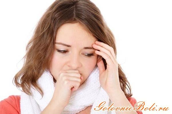 Девушка с головной болью и кашлем