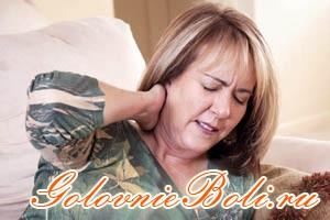 Женщина с болью в шейном отделе