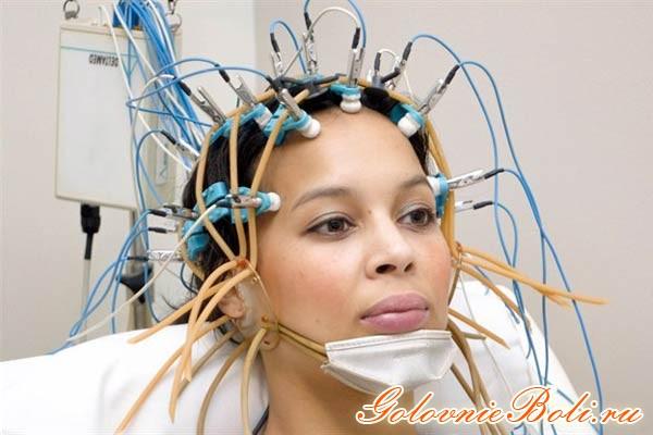 Обследование головы девушки