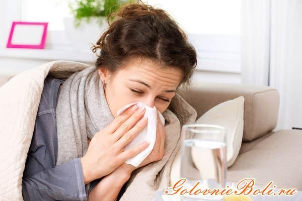 Девушка с насморком и головной болью