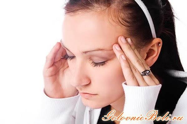 У девушки болит лоб и голова