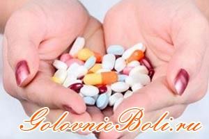 Различные таблетки в руках челвоека